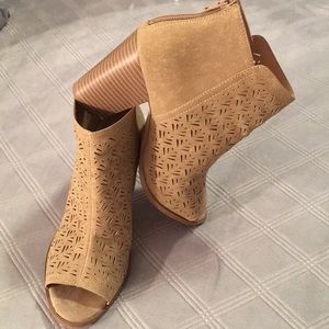 Restricted ankle boots